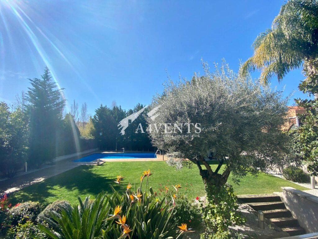 Casa Pareada en la Serreta. Magnifica propiedad con piscina y jardín privado.