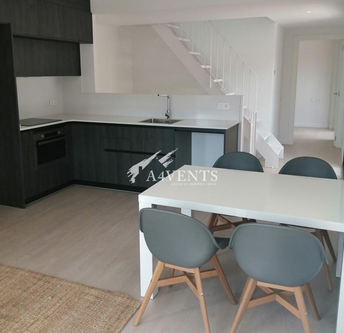 Exclusiva casa adosada de 3 plantas situada a tan solo 150 metros de la playa